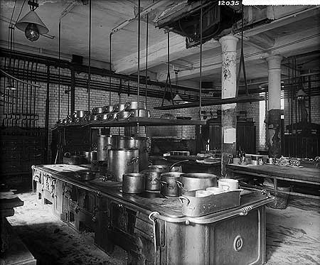 Kitchens at @TheSavoyLondon during the reign of Auguste Escoffier, 1893 http://t.co/ditEy0Azcs