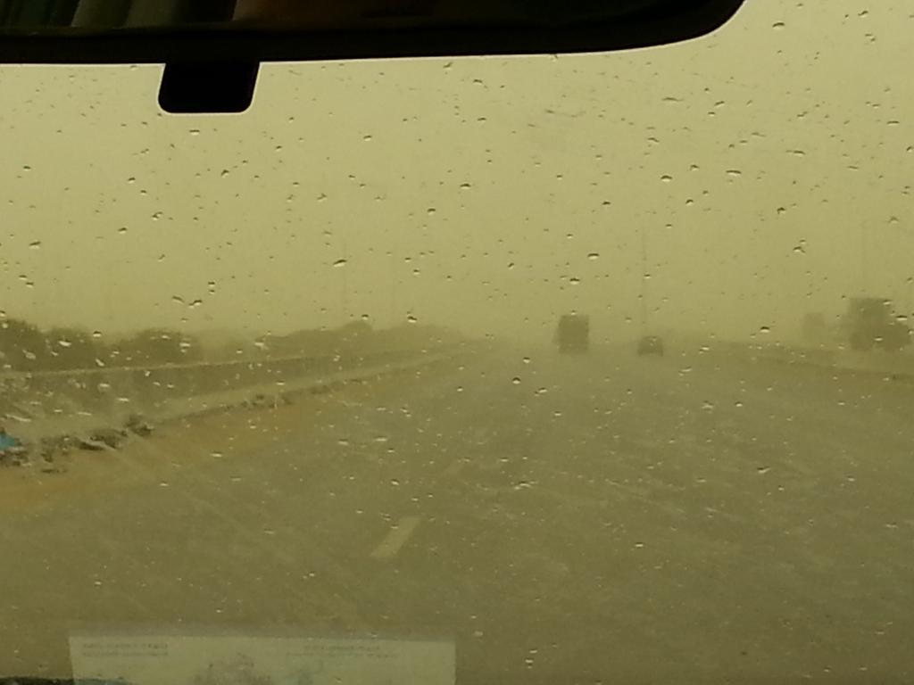عاصفة ترابية شديدة علي طريق اسكندرية الصحراوي و الرؤية منخفضة و الدنيا بتضلم و ابتديت تمطر #bey2ollak #cairotraffic http://t.co/GmKKgUFDF8