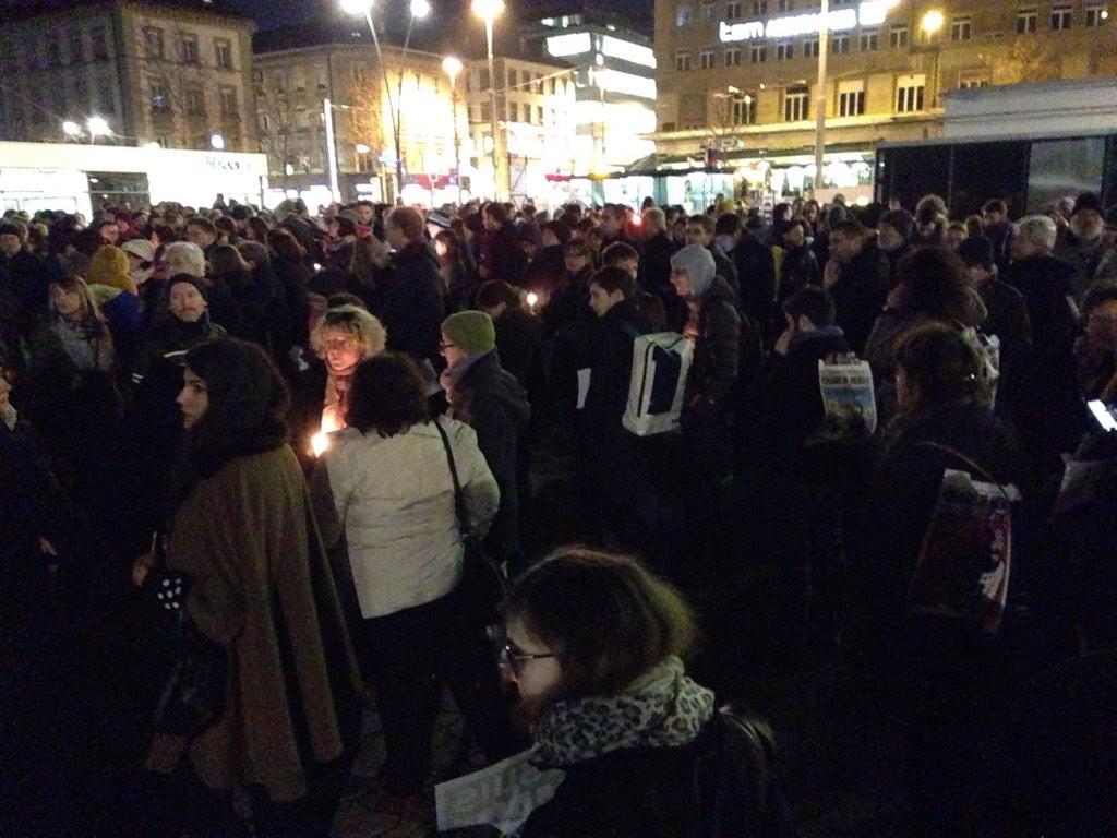 Plusieurs centaines de personnes réunies à la Riponne. #JeSuisCharlie #CharlieHebdo http://t.co/6R58TPXHui