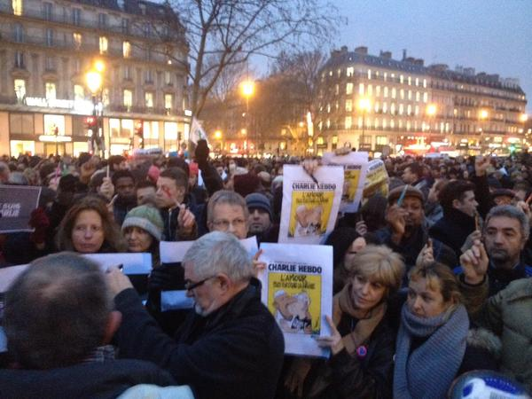 UPDATE: People in #Paris raise pens during rally in support of #CharlieHebdo attack victims #JeSuisCharlie http://t.co/4CJb3T2ZDp