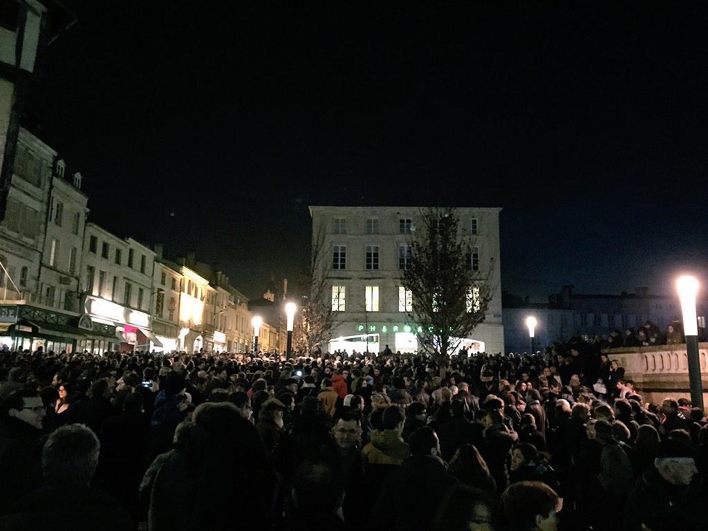 #Niort: Rassemblement, sur la place des Halles, en hommage aux victimes de la fusillade à #CharlieHebdo. http://t.co/j0VqKVKfEw