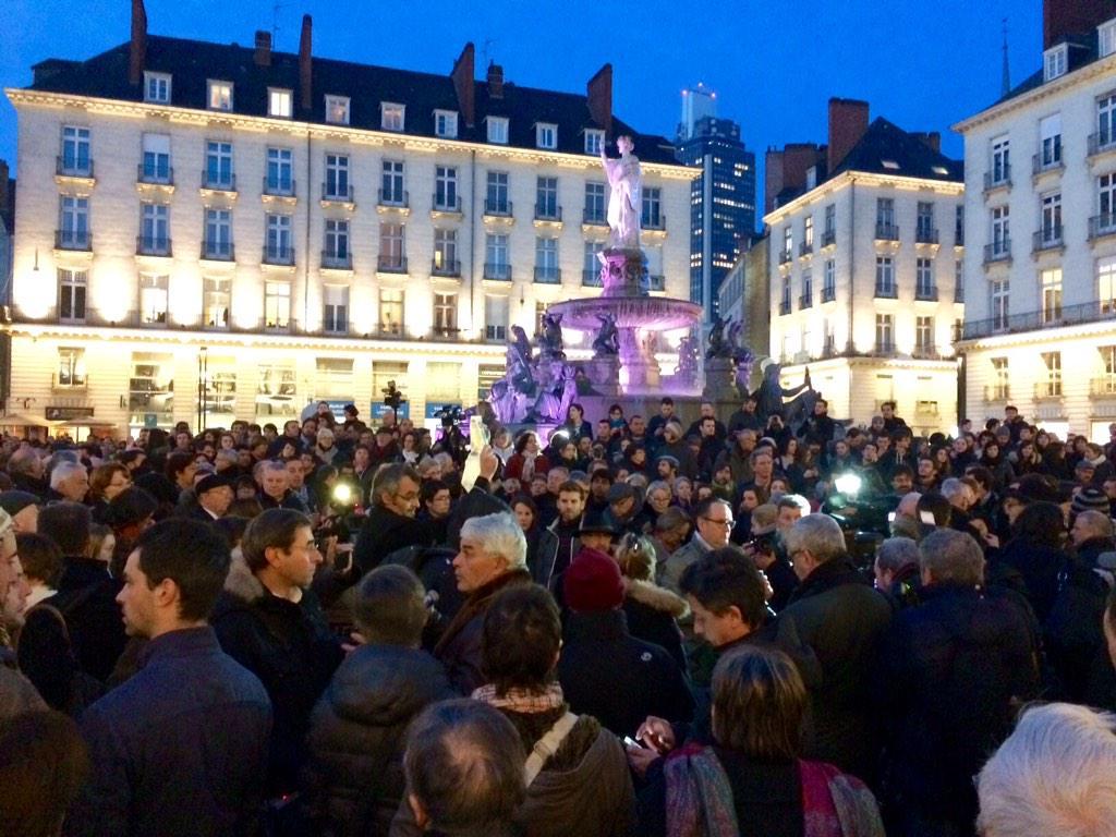 #Charliehebdo Des milliers de Nantais rassemblés Place Royale pour défendre les valeurs républicaines http://t.co/zFugSDE0IW