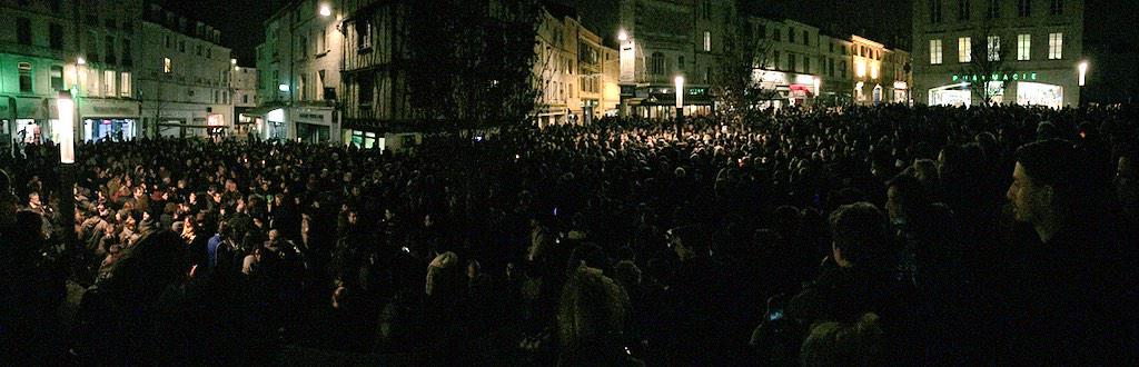 #Niort: La place des Halles noire remplie par les Niortais. #CharlieHebdo http://t.co/dGIqE1EU3H