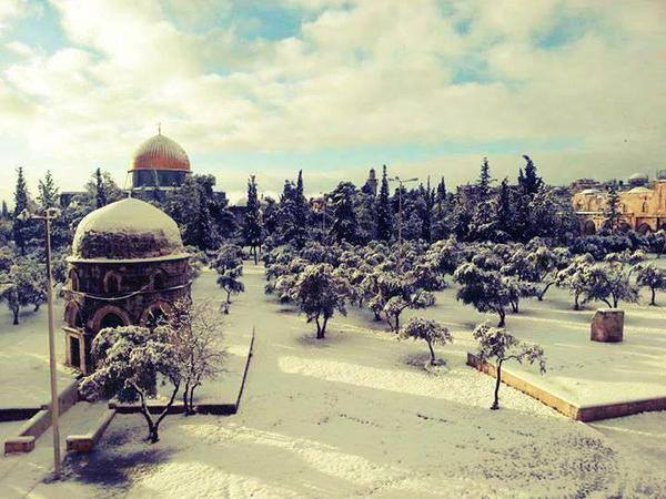 Dome of the Rock and Al Aqsa Mosque shortly after this afternoon's snowfall in #Jerusalem. @USCGJerusalem http://t.co/VlQEl5xCid