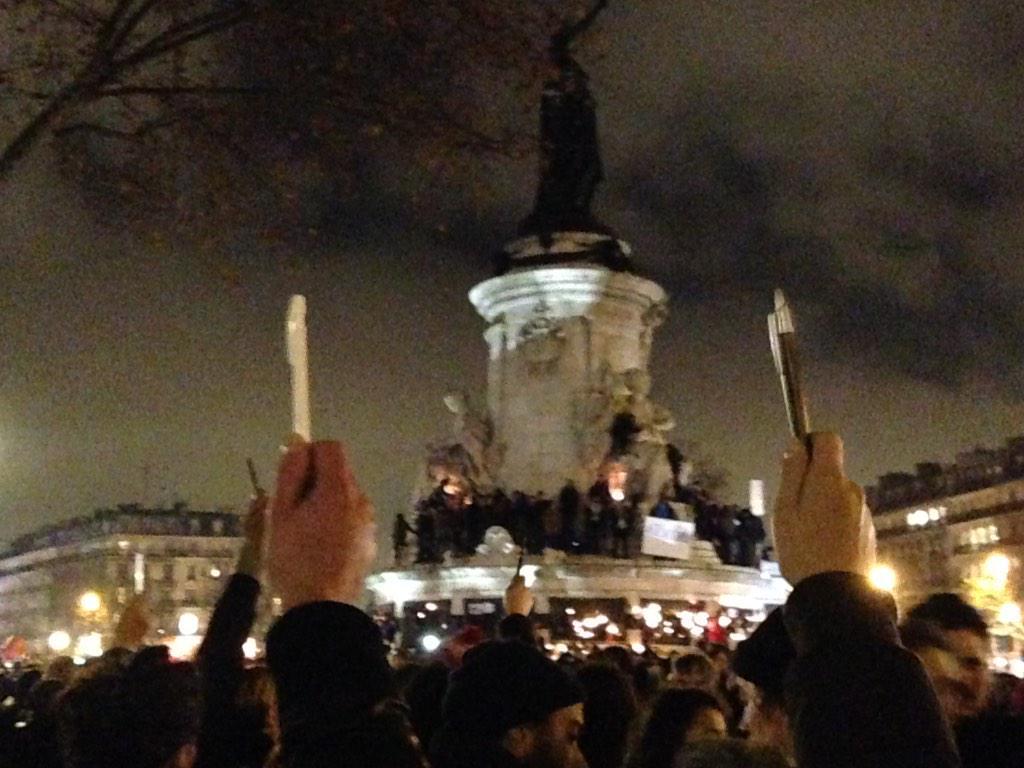 Stylos pointés vers le ciel, le plus beau symbole pour la liberté de la presse et d'expression #charliehebdo http://t.co/GaWz3NwLKP
