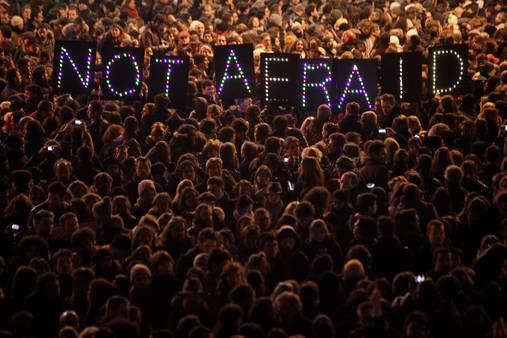 Overal in de wereld komt men samen om op te komen voor de vrijheid #jesuischarlie (kaartje) http://t.co/kNHpKc0zE9 http://t.co/lhXT4iaaBX