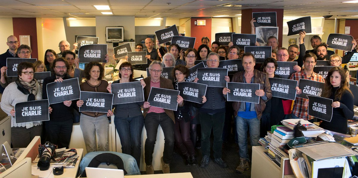 La salle de rédaction du Devoir soutient #CharlieHebdo. Photo: Michaël Monnier #JeSuisCharlie http://t.co/w38GYe97Xq