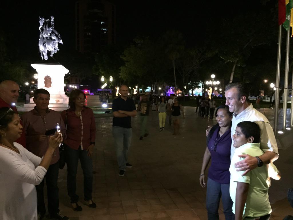 Qué alegría ver a los maracayer@s disfrutar de su #PlazaBolivarDeMaracay Todo esto solo en Revolución @TareckPSUV http://t.co/CZ8Q6Mbkjs