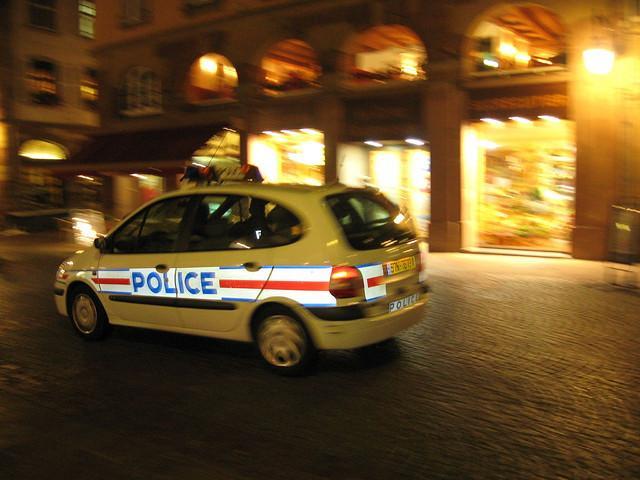 ALERTE - Fusillade porte de Châtillon à Paris, policier à terre, tireur en fuite dans le métro http://t.co/LIEhlpo9Vb http://t.co/SlEU130A76