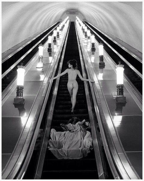 эксгибиционистка на эскалаторе фото