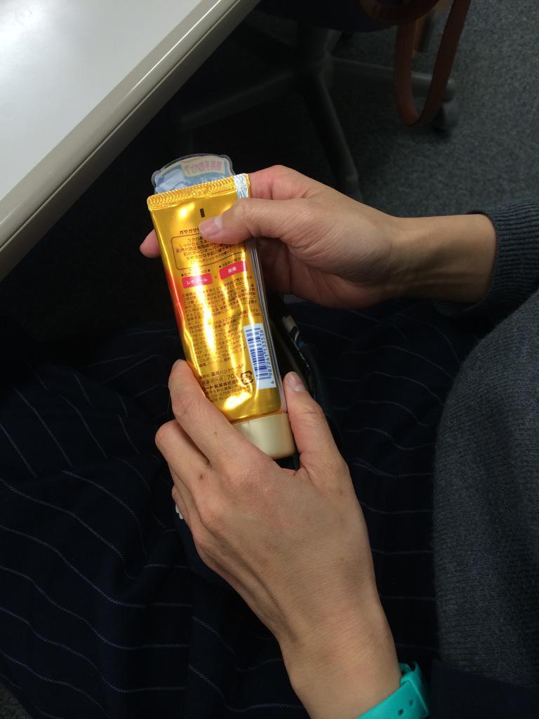 受講生の女の子が突然香味ペーストを手に塗りだしたのでビックリしたんだけど、聞いたらハンドクリームだった…! http://t.co/V7TO2B6JYz