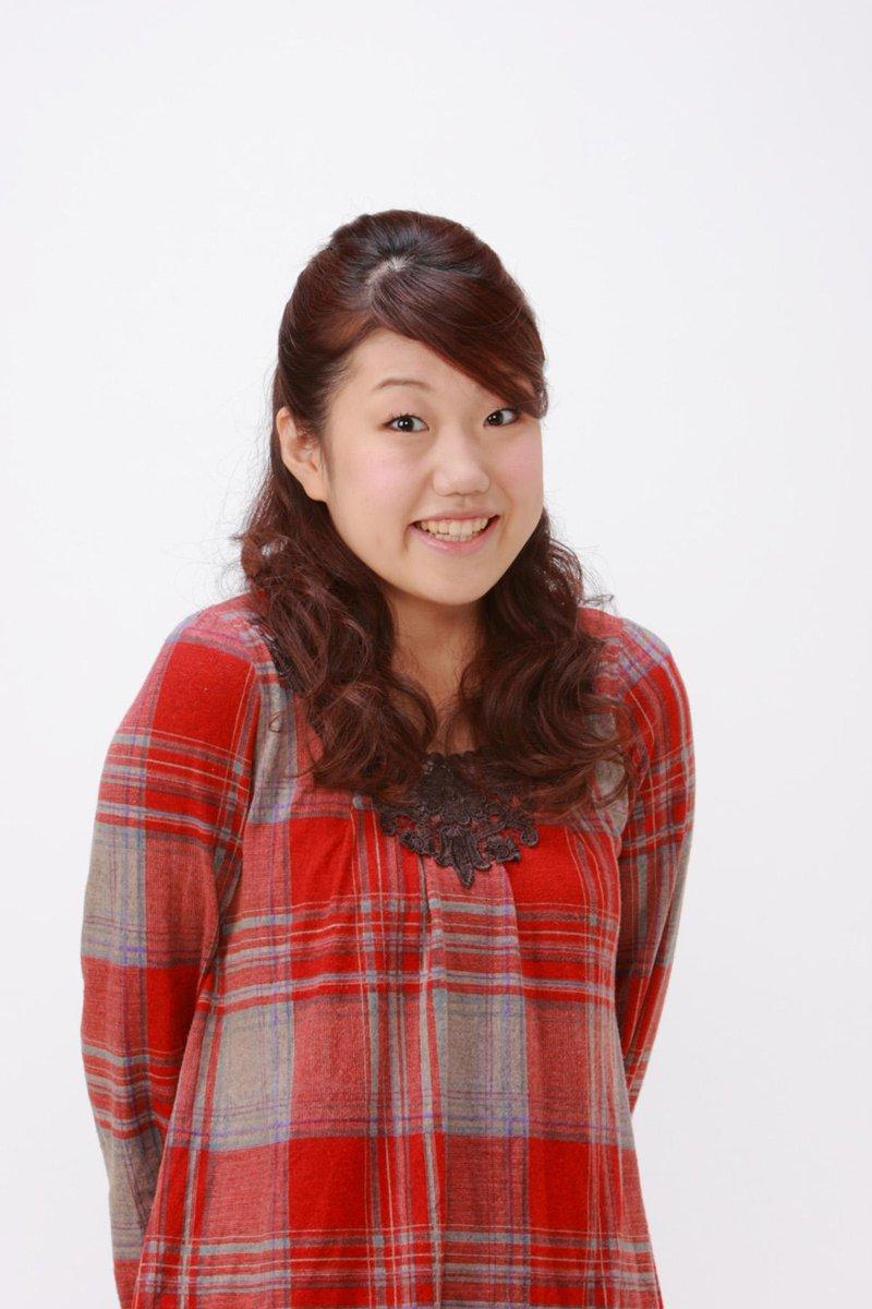 赤いチェックの洋服を着て微笑む芸人、横澤夏子