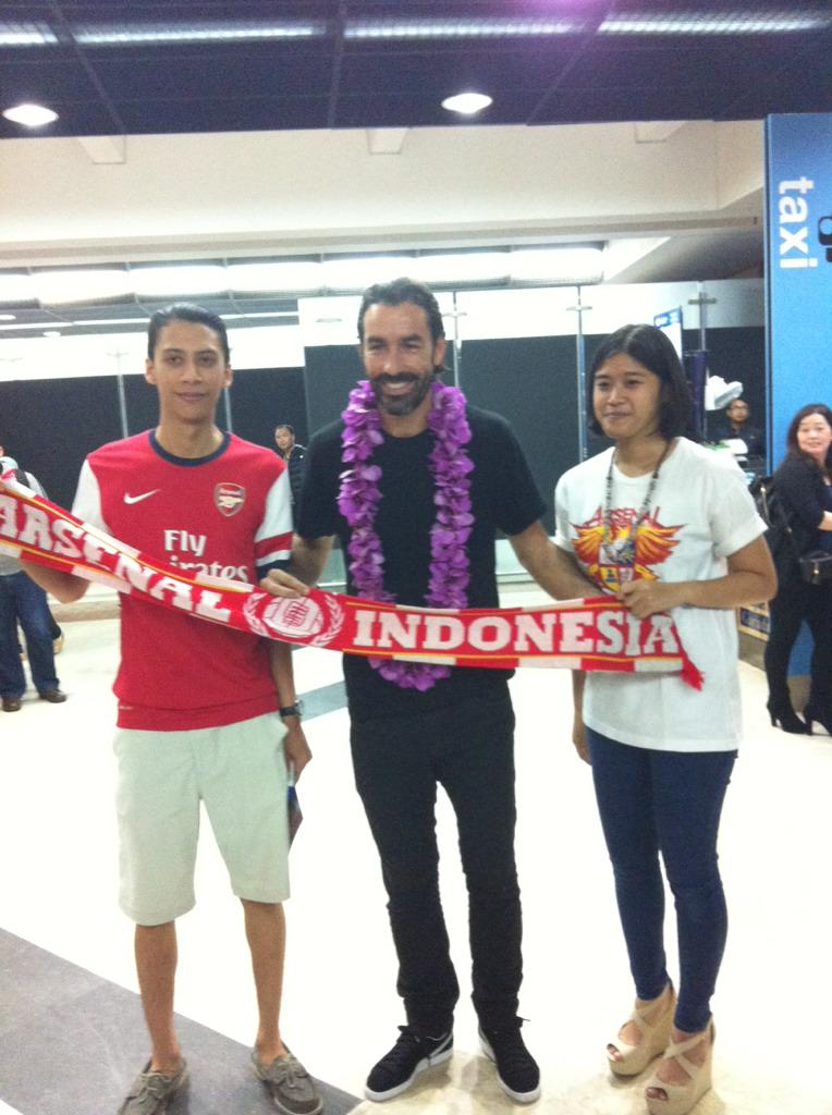 Once again welcome to Jakarta, Indonesia! @piresrobert7 @Arsenal @OfficialAFC_ID   #AyoGunners http://t.co/PwwXQMyZjV