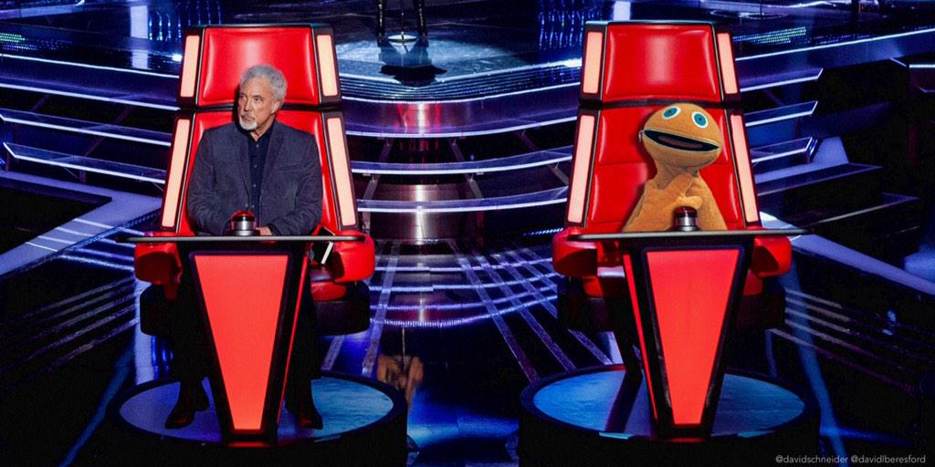 Things could have been different for Bungle if the guy on the right had been a coach #thevoiceuk http://t.co/bzqZMiLCm1