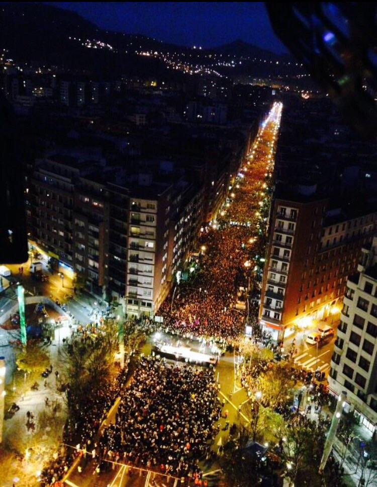 """Euskal Herria: Una multitud exige """"respeto a los derechos"""" de presos y exiliados. [vídeo] B7AXK3jCUAAaQQ4"""