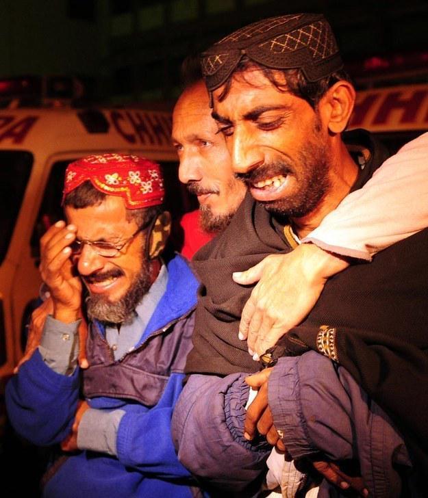 Pakistan: scontro tra un camion-cisterna e autobus ha provocato la morte di almeno 50 persone