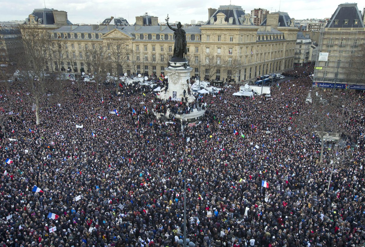 レピュブリック広場がまるでフランス革命のよう!@businessinsider: 'Today Paris is the capital of the world' http://t.co/bC7UT3lm6h http://t.co/MRTUz0SCyY""