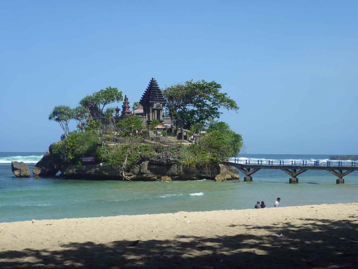 Indahnya Pantai Balekambang Malang - AnekaNews.net