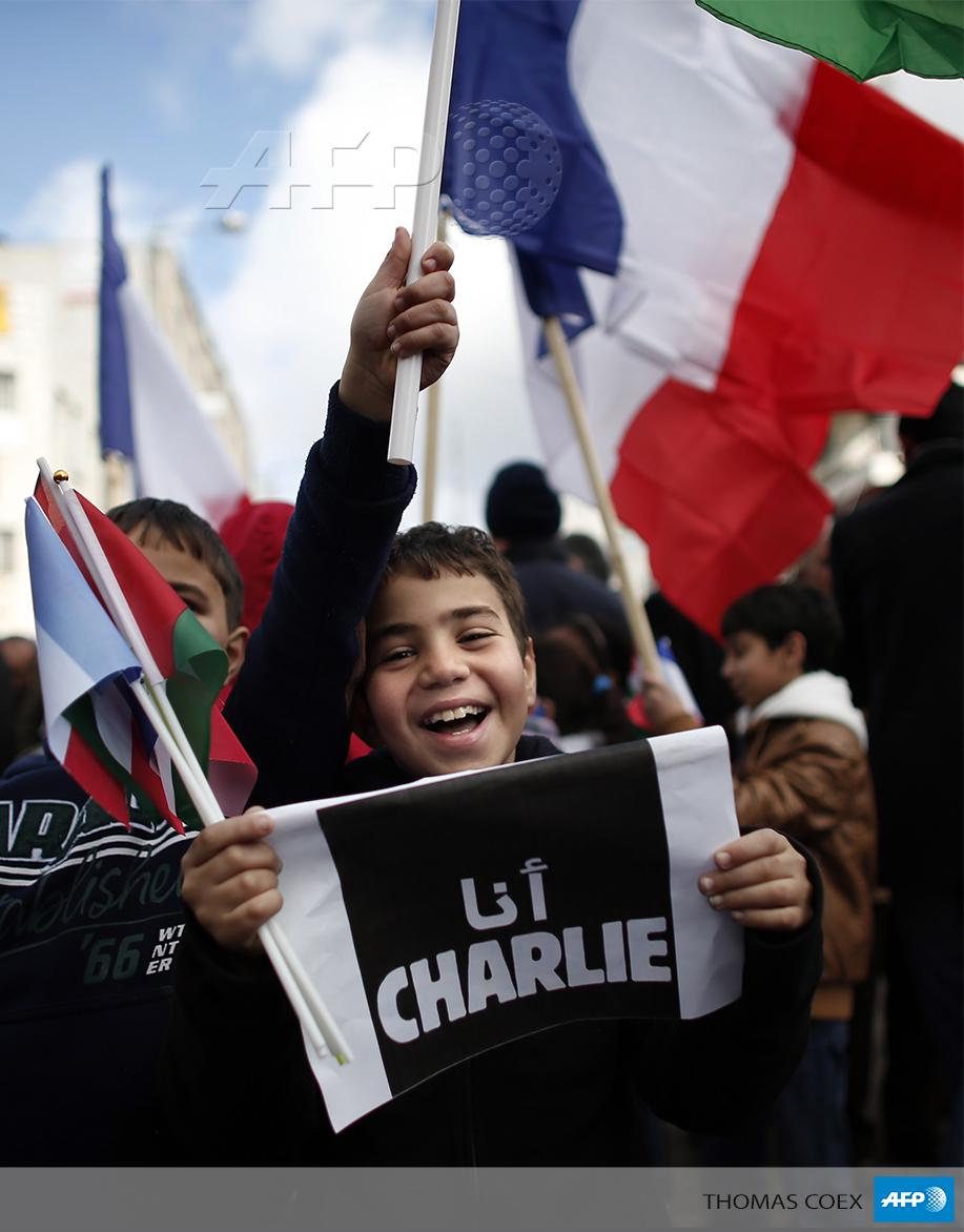 """@AFPphoto: A Palestinian kids holds a placard reading in Arabic #JeSuisCharlie in West Bank By @TomCOEX #AFP http://t.co/E26CDO73wP"""