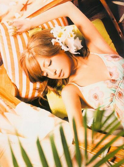 海辺で寝ている浜崎あゆみ