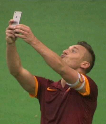 Selfie di Totti: record e foto ricordo nel derby Roma-Lazio 2-2