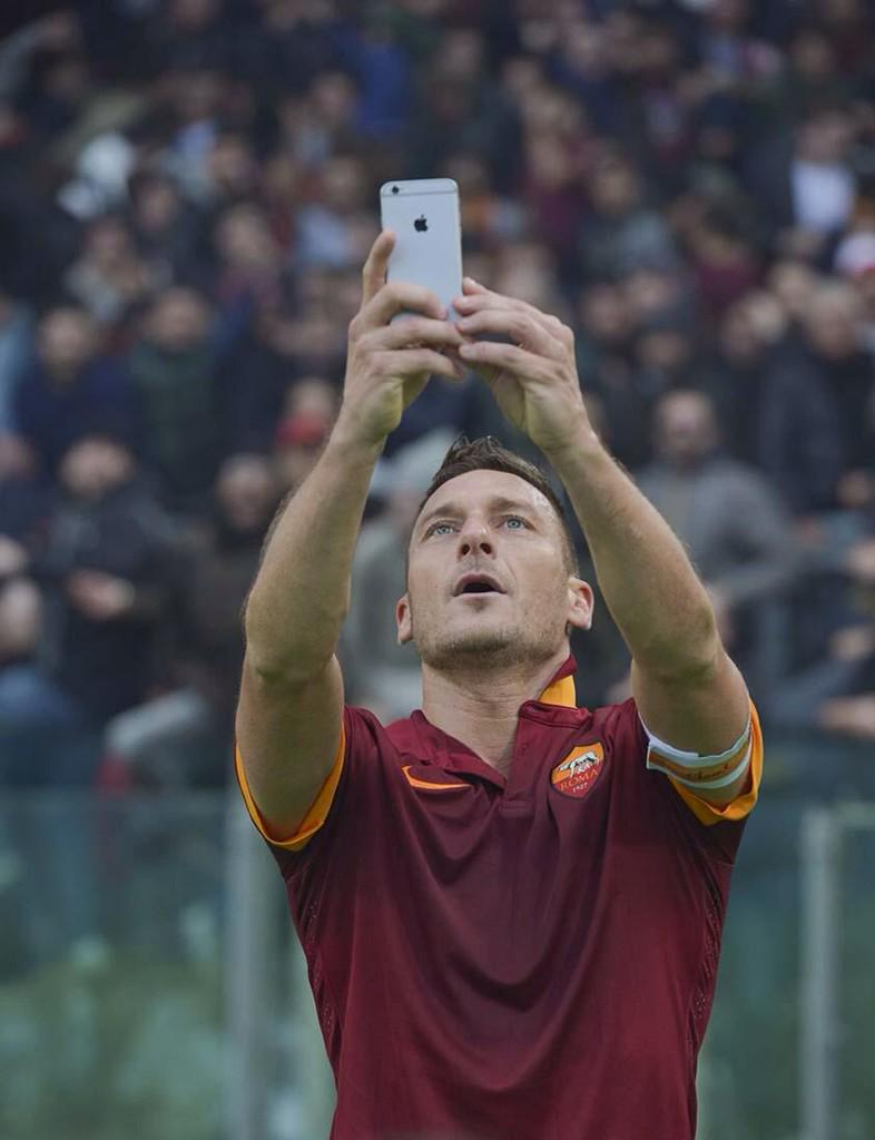 Foto Selfie di Totti in Roma-Lazio 2-2: No Totti No Party! (VIDEO)