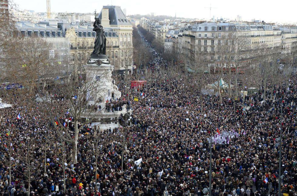 En imágenes, la gran marcha contra el terrorismo #Paris #JeSuisCharlie #CharlieHebdo @el_pais http://t.co/iKwtEwmb22 http://t.co/z7BZO1LiLz