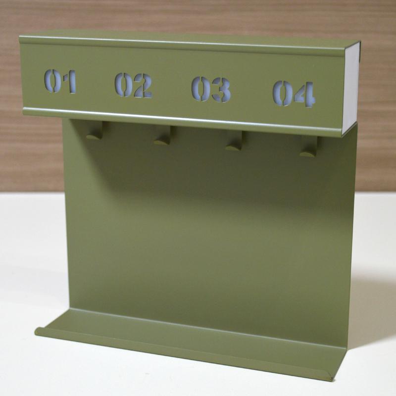 輸入雑貨店で見かけた発光するキーボックスが、メカ整備ハンガー感に溢れていたので買ってみたら案の定メカ整備ハンガーでした。あとザクとか並べたい http://t.co/JVj1nk5jVY