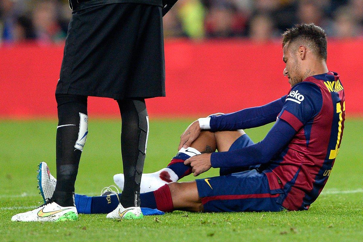 Doeu! Neymar levou a pior em dividida com Giménez e ficou com o tornozelo sangrando. (Foto: AFP) http://t.co/JXqpltUy9L