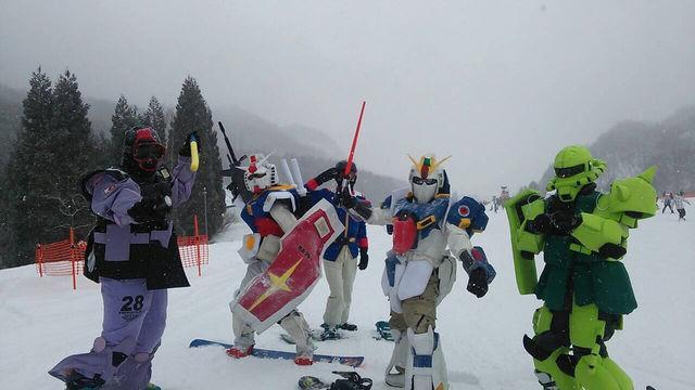 昨日、めいほうスキー場で弟子がザクを作り上げてきた。 pic.twitter.com/7cUqSdP87K