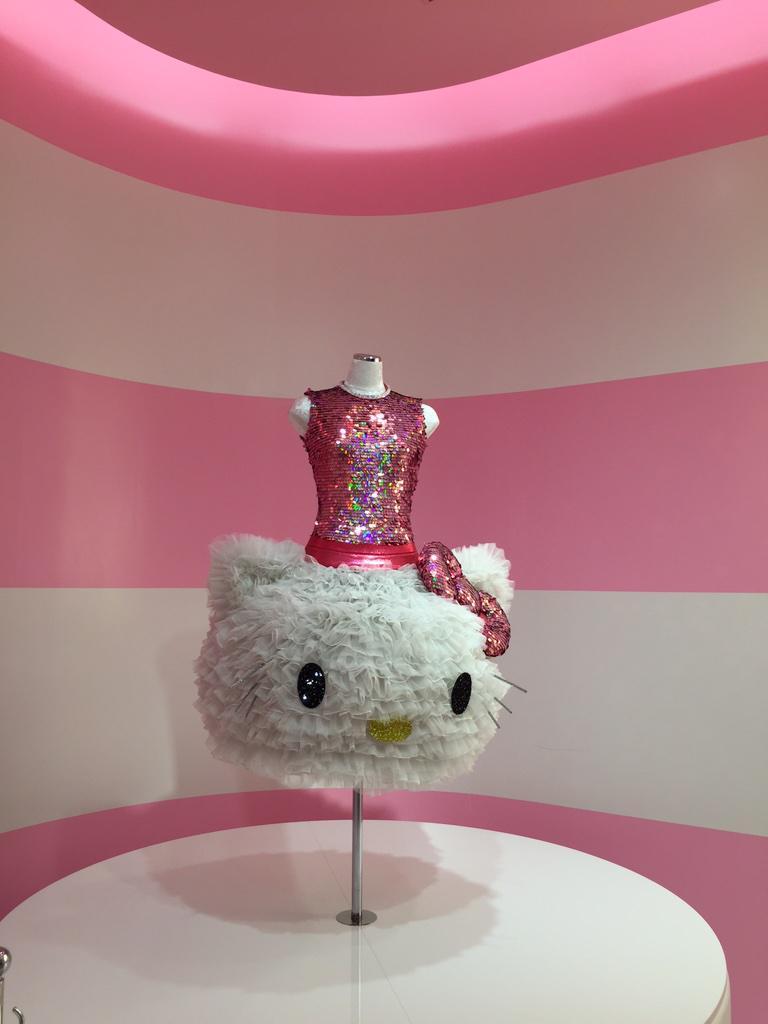 キティさんプロデュースのドレス狂ってる pic.twitter.com/XtjZQnkdiJ