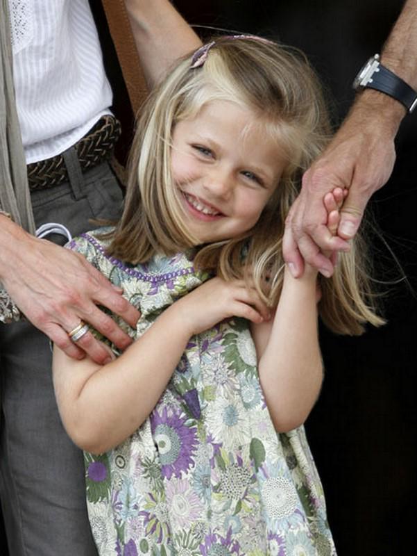 レオノール・デ・ボルボン・イ・オルティス(Leonor de Borbón y Ortiz) 2005年10月31日~ スペイン王女。父:現スペイン国王フェリペ6世。  https://t.co/T3V0oWTugR