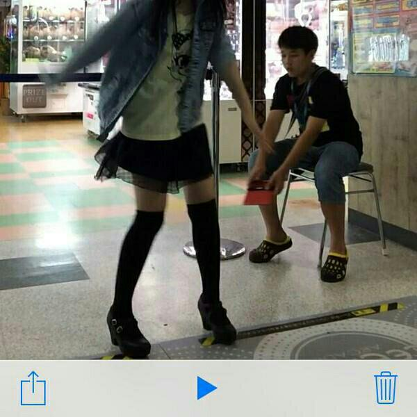【速報】ゲーセンでダンスゲームする女児を盗撮する男児 これは将来有望だわ