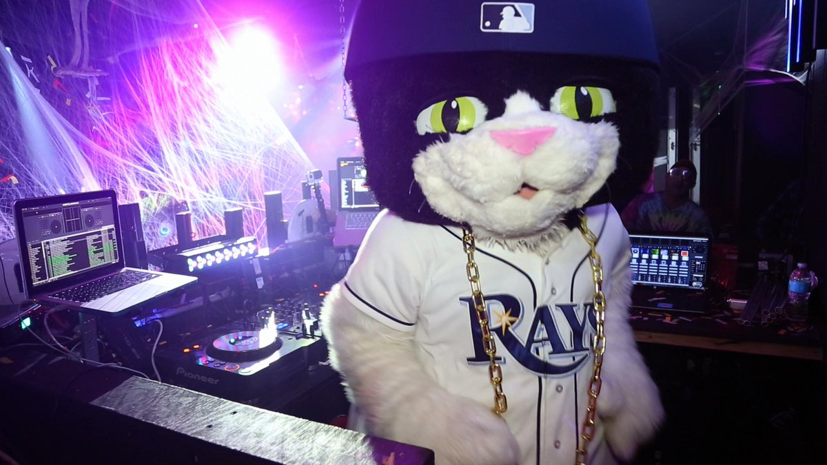 "#FiveWordsToRuinADate  ""How does a cat DJ?"" http://t.co/LzumFWocMx"