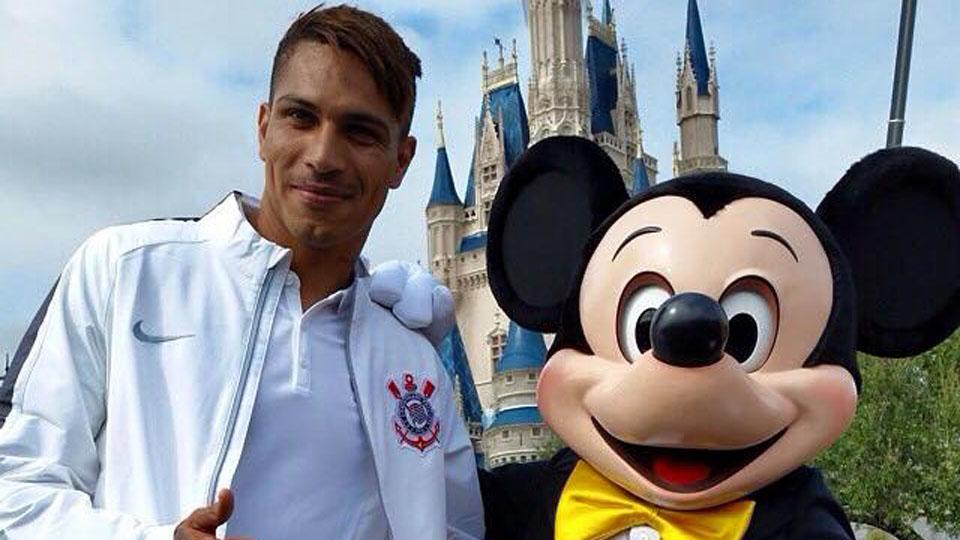 Ao lado do Mickey, Guerrero reafirma: no Brasil, só joga no Corinthians - http://t.co/pyEGsW8KOK http://t.co/RYeth7YfnG