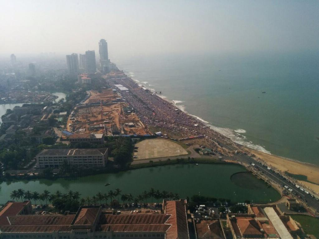 Amazing turnout for @Pontifex #PopeinSL service at Galle Face now. Sent by friend. #lka #Srilanka http://t.co/ePJPuzz1CK