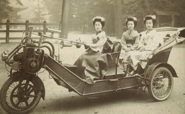 澄ました顔して乗ってる乗り物、すごいな。 http://t.co/cegxinZhEv