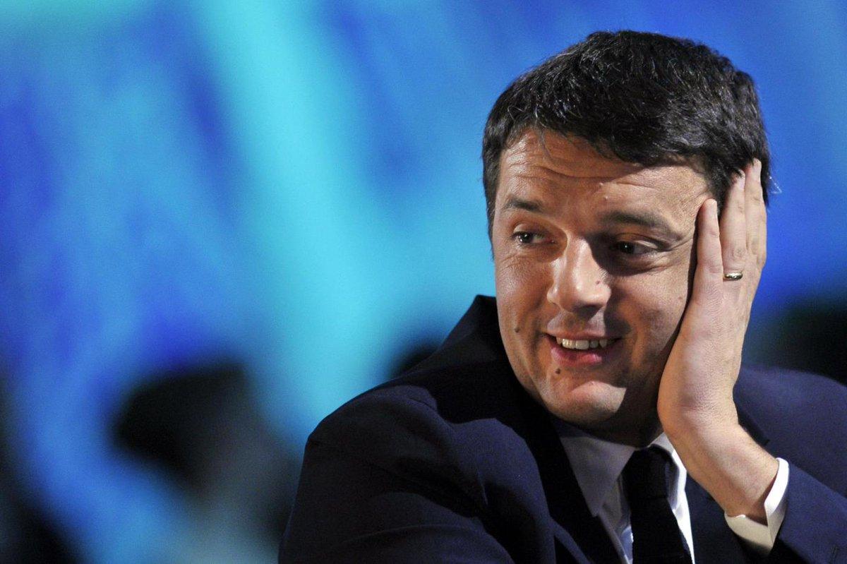 """Matteo Renzi e le """"gomitate"""" di Parigi"""