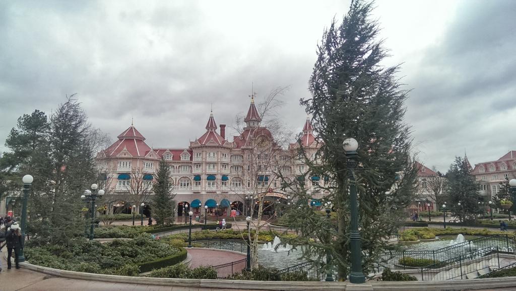 Remplacement des arbres à Disneyland Paris - Page 3 B7ZKOFvCcAEUhN5