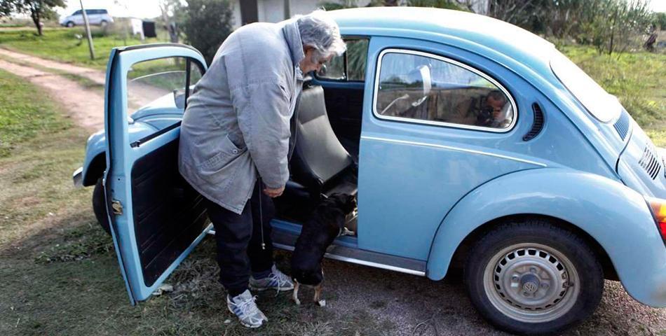 Ex-guerrilheiro Mujica de 79 anos passou a faixa a Vázquez e saiu em seu inconfundível fusca azul