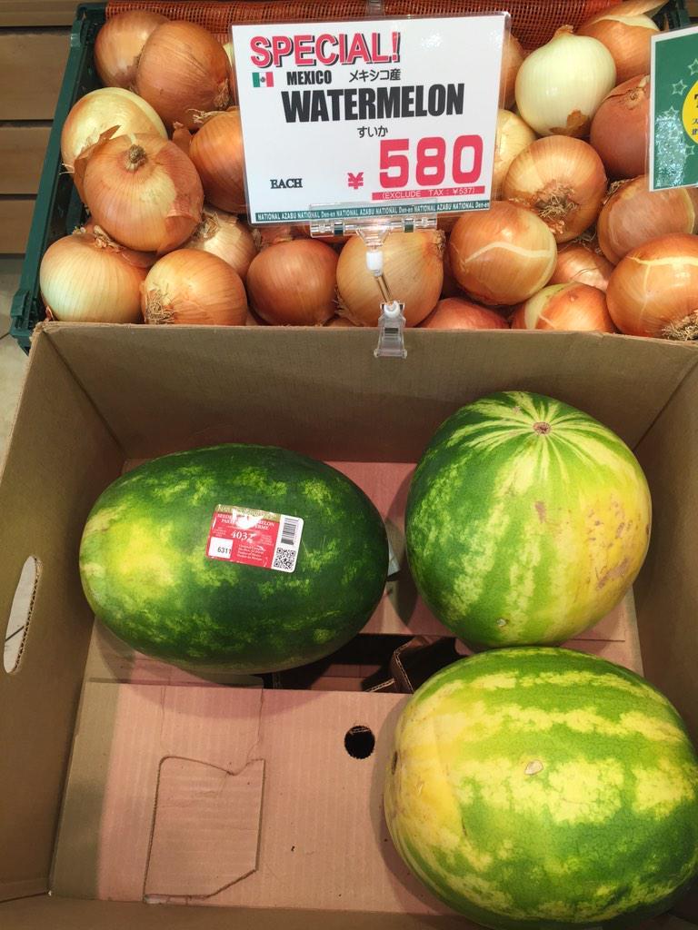 逆に日本人的にカルチャーショック!!(笑) 真冬にスイカいかがですかーーー! メキシコ産です! http://t.co/rRWJRQJpBe