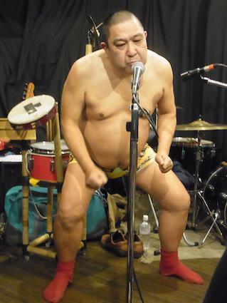 夜中にこっそりあげておく。16日の神戸大林檎ホルモン鉄道、相撲取りみたいなどすこい石川さんと、特殊な訓練を受けている大谷氏(笑) http://t.co/do6V88T2zd