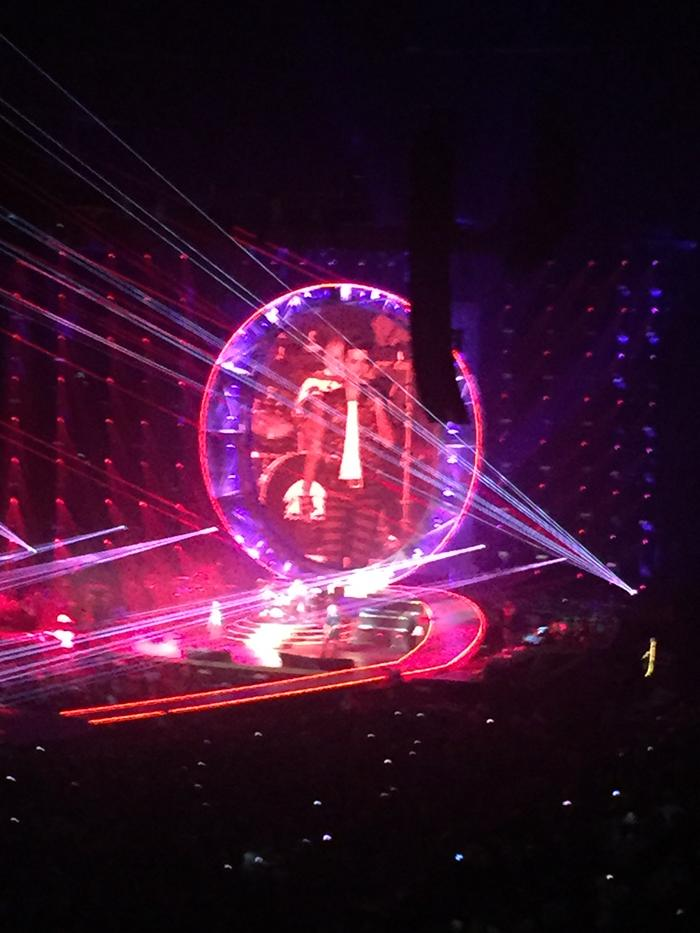 Queen concert @ O2 - Adam Lambert blew the bloody doors off!! Sent tingles down spine. Fantastic. Thanks @Zoopla http://t.co/uSOCMkDVeF
