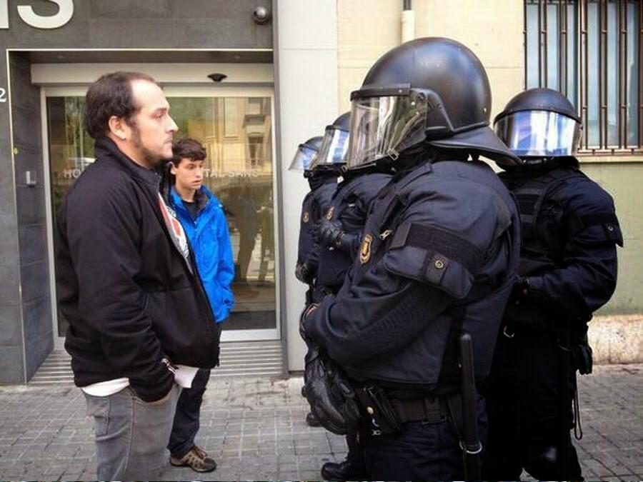 David Fernández ante los agentes.