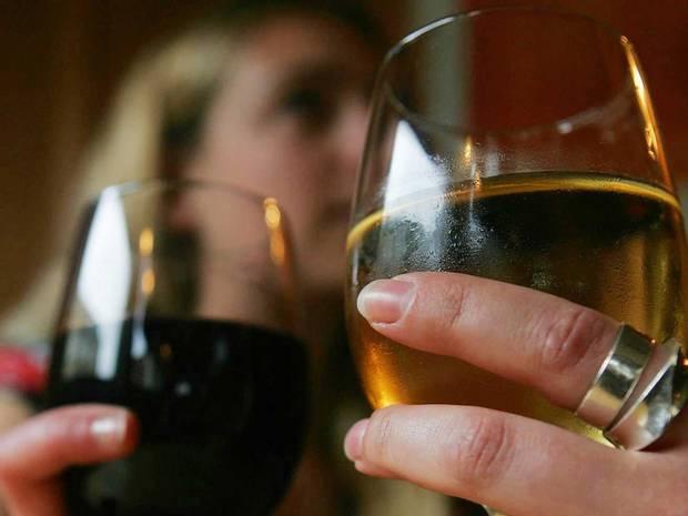 Cattive notizie per gli amanti del bere: fa male al riposo e al benessere mentale