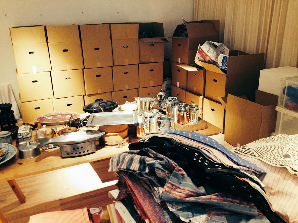 目黒クラスカにて1月21日から25日まで開催の「西川治が世界で集めた食器バザール」。開梱中。布は1000円、2000円、3000円。 http://t.co/48EnwDDYFN