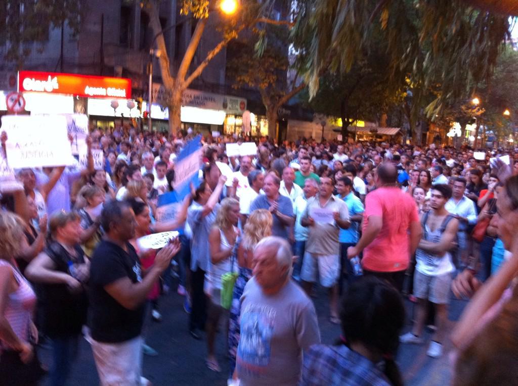 Asi fue la concentración y marcha #13E #nisman en el Km0 hasta la Legislatura #mendoza http://t.co/qiae8aIjAz