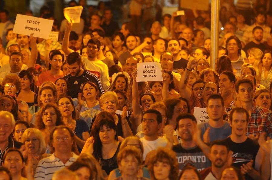 Más de 2 mil personas marcharon en #Mendoza por la #MuerteDeNisman http://t.co/eWJEL5sND3 http://t.co/tIW28z4C21
