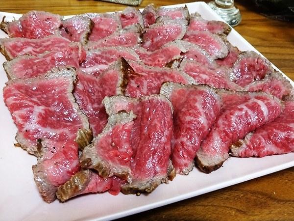 """ローストビーフは手抜き料理だし、作れば1/5の値段で済むから、マジで自分で作ってください。 / とにかく""""デカい肉""""を買え! 元肉屋が教える「肉のハナマサ」徹底攻略法 http://t.co/H3v1dfSFBd http://t.co/Y8Cnr5wBNH"""