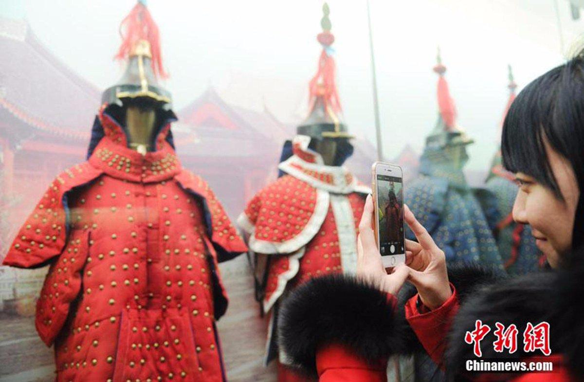 #新鮮中国 (訳)1月21日に吉林省博物院で「清代満族服飾展」を観覧する長春市民たち。満州族独自の服装である博物院所蔵の「旗袍」(長着)や「馬褂」(上着)の中からさらに厳選された逸品の数々が展示されている。 http://t.co/1YjFII6GRR